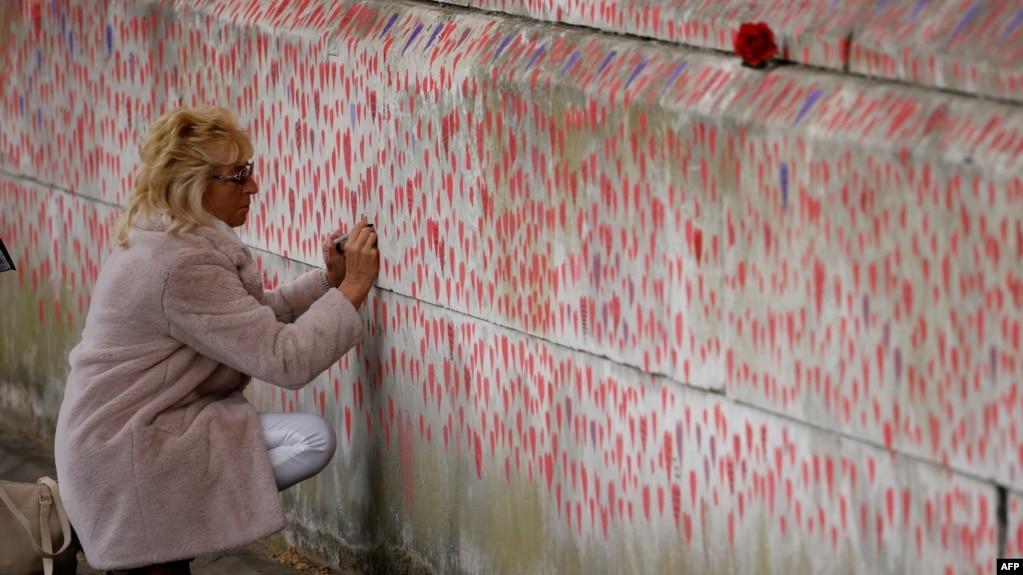 Великобритания преодолява пандемията. На южния бряг на Темза в Лондон хората рисуват сърца и пишат имената на изгубените си близки.
