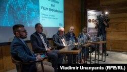 Олег Сенцов и Важа Гаприндашвили на встрече на тему «Бесконечная война, увиденная сверху», организованной Институтом по освещению мира и войны (IWPR)