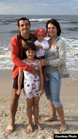 Юры Булат з жонкай Тацянай і дочкамі Кацярынай і Маргарытай на моры