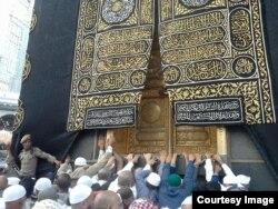 Дотронуться до священной Каабы - обязательный ритуал во время Хаджа