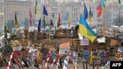 Тәуелсіздік алаңында оппозиция жақтастары орнатқан баррикада. Киев, 3 қаңтар 2014 жыл.