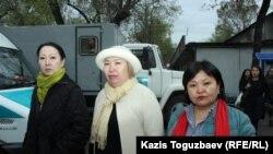 Гайни Еримбетова, мать подследственного предпринимателя Искандера Еримбетова (слева), с адвокатом Гульнарой Жуаспаевой (защищающей Кенжебека Абишева) и адвокатом Алмата Жумагулова Жанарой Балгабаевой (справа) возле ворот СИЗО Алматы. Алматы, 16 апреля 2018 года.
