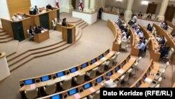 В зале заседаний парламента сегодня от оппозиции сидел только Ника Мелия