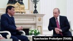 Vladimir Putin (sağda) və Filippin prezidenti Rodrigo Duterte Kremldə