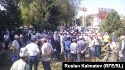 Митинг по вопросу Унгар-Тепа в Аксыйском районе Джалалабадской области Кыргызстана, 27 августа 2016 года.