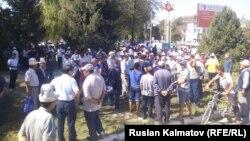 На акции протеста в городе Кербен Джалалабадской области. 27 августа 2016 года.