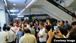 تجمع کسبه بازار موبایل علاءالدین در اعتراض به افزایش نرخ دلار