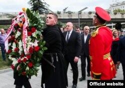 Президент Грузии Георгий Маргвелашвили возлагает венок к Монументу Героев