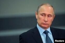 Ресей президенті Владимир Путин Сочи олимпиадасына дайындықтың соңғы кезеңінің тұсаукесерінде отыр. Сочи, 28 қараша 2013 жыл.