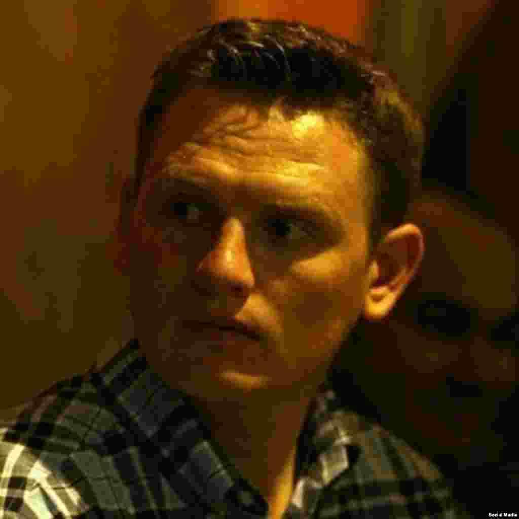 """Таулы Бадахшанда тұтқындалған тәжік зерттеушісі Александр Содиковтің адвокаты """"қорғауындағы азамат тұтқындалғаннан бері тұңғыш рет кездесугерұқсат алғанын"""" 3 шілде күніхабарлады. Канадада тұратын Тәжікстан азаматы Содиков (31 жаста) жергілікті азаматтық белсенділермен кездесу өтізген соң, 16 маусым күні Хорогта ұсталған еді. Оған """"тыңшылық жасады"""", """"отанын сатты"""" деген айыптар тағылды. Содиков жазып жатқан докторлық диссертациясына мәлімет жинау үшін Орталық Азияға қыдырып келгенін айтады. Ол - британдық Эксетер университеті мен Торонто университетінің зертеушісі."""