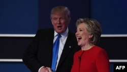 Demokratların namizədi Hilary Klinton debatdan sonra respublikaçı namizəd Donald Trampın əlini sıxır