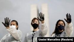Медсестры посещают символический протест и дань уважения работникам здравоохранения в день труда, на фоне распространения заболевания коронавируса (COVID-19), в Бразилиа, Бразилия 1 мая 2021 года.