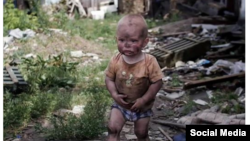"""В социальных сетях стала популярной фотография с """"маленьким мальчиком, который ищет маму среди руин"""""""