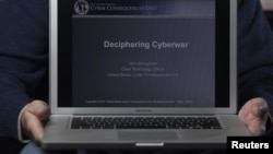 Cyber Consequences (АҚШ) мекемесінің кибер-соғыс жөніндегі сарапшысы ноутбугын көрсетіп отыр. 1 желтоқсан 2011 жыл. (Көрнекі сурет)