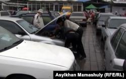 «Барыс» көлiк базарынның ішкі көрінісі. Алматы, 29 қыркүйек 2012 жыл.