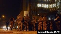 Спеціальні підрозділи оточили готель Splendid у столиці Буркіна-Фасо місті Уагадугу, нічні години 16 січня 2016 року