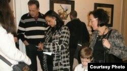 """Македонската сликарка Симонида Филипова-Китановска дели автограми на отворањето на нејзината изложба """"Црн зачин, добар за око"""" на 17 февруари во КИЦ на Македонија во Софија."""