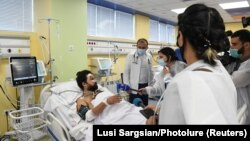 Репортер французского издания Le Monde Алан Каваль в медицинском центре «Эребуни» в Ереване, 2 октября 2020 г.