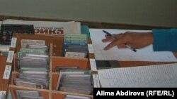 Әкімдіктегі жеке азаматтардың құжаттары. Ақтөбе, 2010 жылдың қыркүйегі. (Көрнекі сурет)