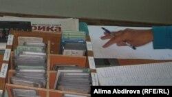 Удостоверения личности посетителей акимата, оставленные на проходной. Актобе, сентябрь 2010 года.