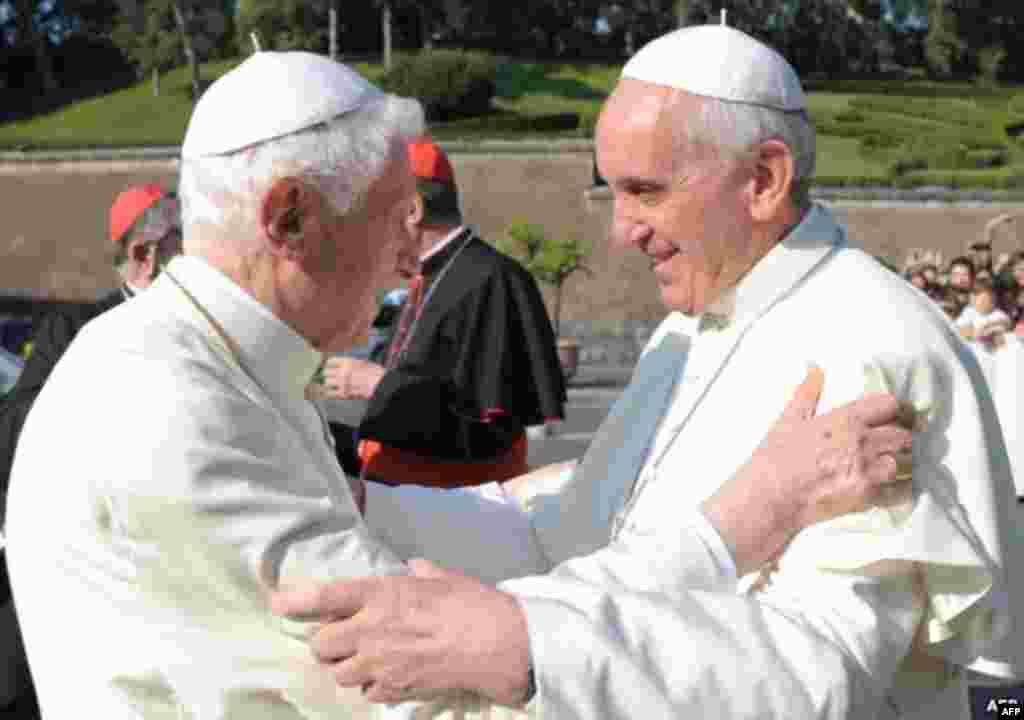 Уникальное событие в истории церкви: встреча двух пап, Франциска и Бенедикта XVI. Июль 2013 года