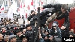 Адвокат Тимошенко Микола Сірий дістається до зали судового засідання