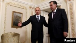 Russian President Vladimir Putin (right) and Tajik President Emomali Rahmon in Moscow on August 1