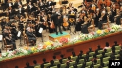 По словам Мета, оркестр согласился на сокращение гонорара вдвое – до 115 тысяч долларов за концерт