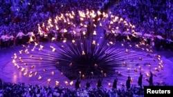 Семерым молодым спортсменам было поручено зажечь Олимпийский огонь. Лондон, 27 июля 2012 г.
