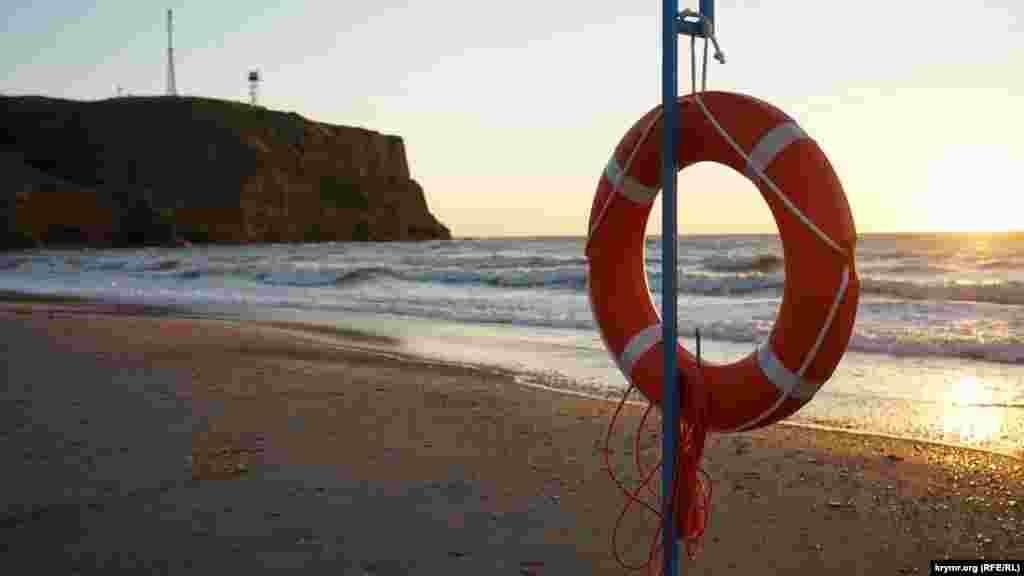 Спасательный круг на лечебном пляже санатория «Черноморец»