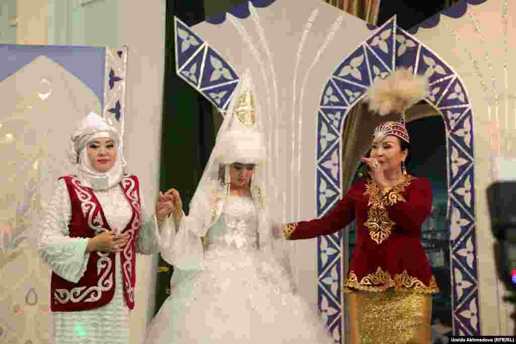 Казахская национальная песня - пожелания невесте - в исполнении Замиры Жиенбаевой.