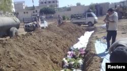 Cириялык активисттер өкмөттүк күчтөр өлтүрдү дегендерди массалык түрдө жерге берүү учуру. 26-август, 2012-жыл.