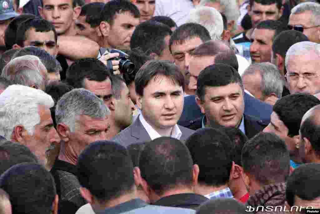 Ermənistanın Baş nazirinin müavini Armen Gevorkian aksiyaya qoşulan kəndlilərlə görüşür. 20 may 2013