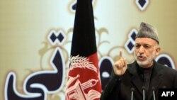 Хамид Карзай выступает перед членами Лойя-Джирги