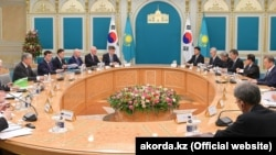 На распространенном 22 апреля администрацией президента Казахстана фото — участники переговоров президента Казахстана Касым-Жомарта Токаева с президентом Южной Кореи Мун Чжэ Ином в расширенном составе.