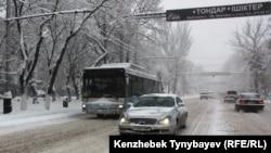Алматыға қалың қар жауды. 1 желтоқсан 2012 жыл.