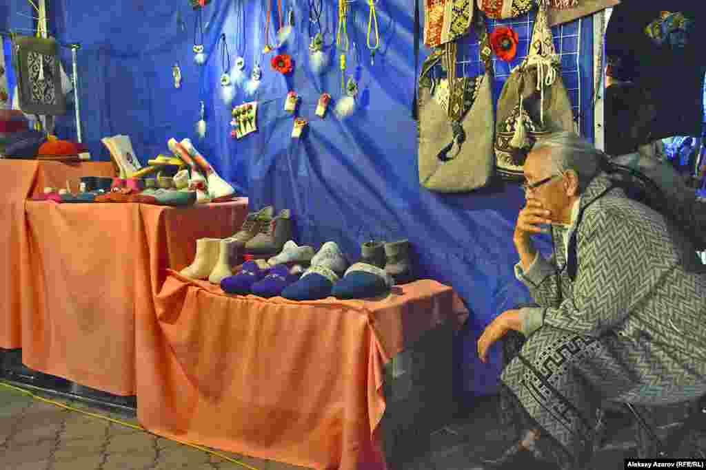 На территории фестиваля развернута ярмарка и этнический городокмастеров. Здесь можно приобрести одежду, обувь, украшения, музыкальныеинструменты, сувениры ручной работы.