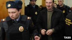 Помощник депутата И. Пономарева Дмитрий Рукавишников (справа на первом плане), обвиняемый в участии в массовых беспорядках