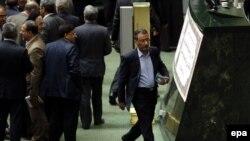رضا فرجی دانا در حال ترک مجلس. ۲۰ اوت ۲۰۱۴.