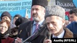 Мустафа ДЖемилев выступает на митинге в Симферополе