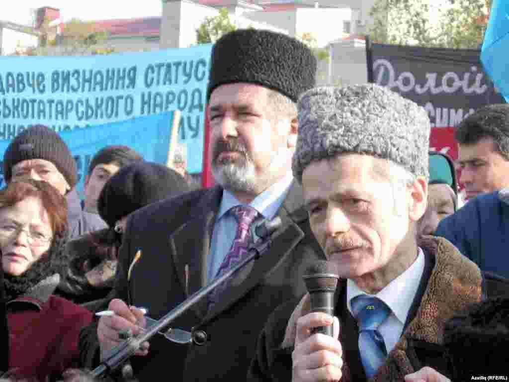 Mustafa Cemilev Simferopolda mitinqdə çıxış edir.