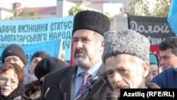 Мостафа Җәмилев митингта чыгыш ясый, янында Бөтендөнья кырымтатар конгрессы рәисе Рифат Чубаров