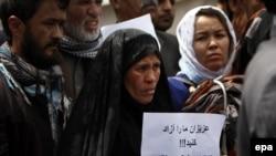 Барымтага алынгандарды бошотуп берүү талабы менен чыккан алардын туугандары. Кабул,8-апрель, 2015-жыл