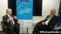 Исполняющий обязанности министра иностранных дел Армении Эдвард Налбандян (слева) и генеральный секретарь Совета Европы Турбьерн Ягланд, Кипр, 19 мая 2017 г.