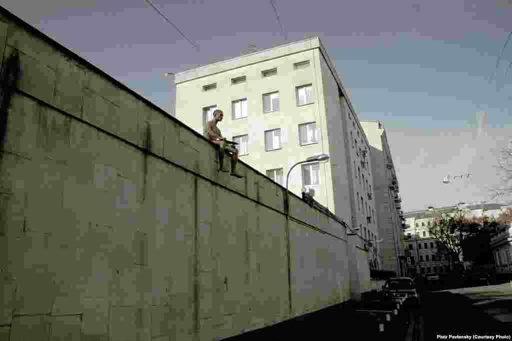 Акция у института имени Сербского в Москве. Павленский на глазах десятков людей отрезал себе мочку уха. 19 октября 2014 года.