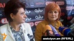 Կարինե Աճեմյանը (ձախից) եւ Անուշ Սեդրակյանը լրագրողների հետ հանդիպման ժամանակ, Երեւան, 8-ը մարտի, 2013թ.