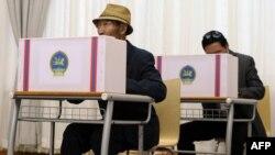 Избиратели голосуют на парламентских выборах. Улан-Батор, июнь 2012 года.