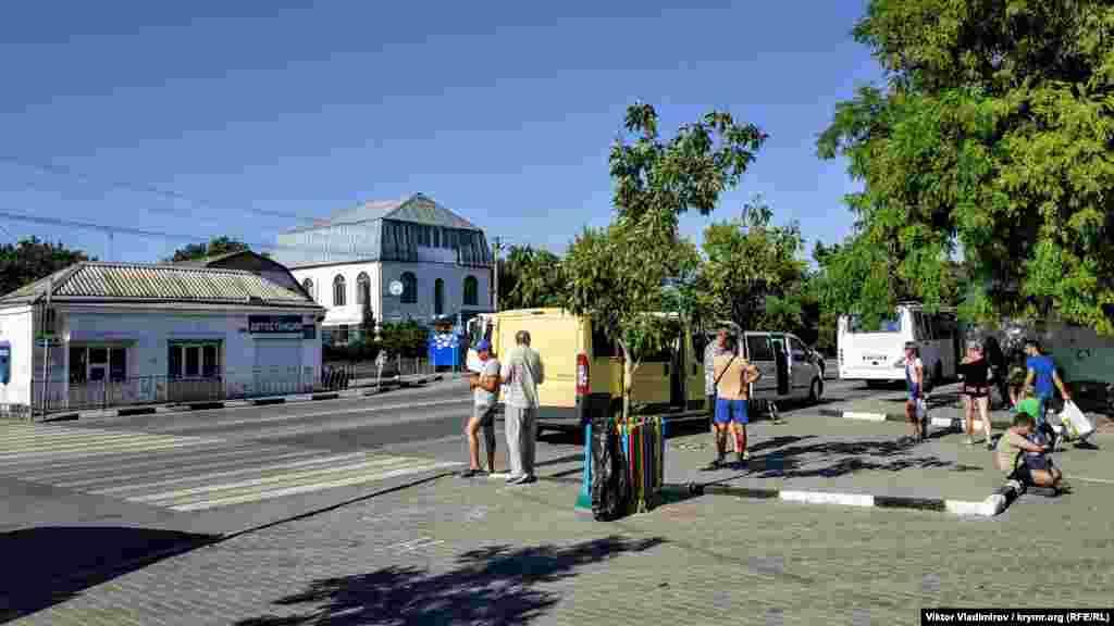 Автостанція смт Миколаївка. Звідси можна доїхати до Сімферополя за 150 рублів (60 гривень)