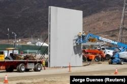 Сооружение стены на американо-мексиканской границе в районе Сан-Диего. Октябрь 2017 года