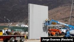 Пробное заграждение на границе штата Калифорния с Мексикой (архив, 2017 год)